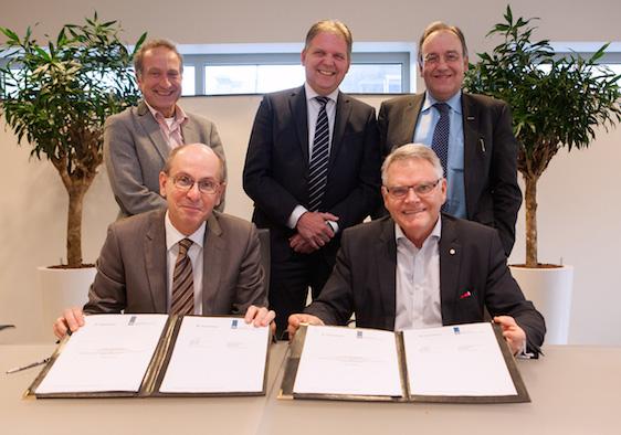 Jan Hendrik Dronkers, Hans Ruijter en Patrick Buck ondertekenen intentieverklaring met Zweedse collega. Foto : Jorrit 't Hoen.