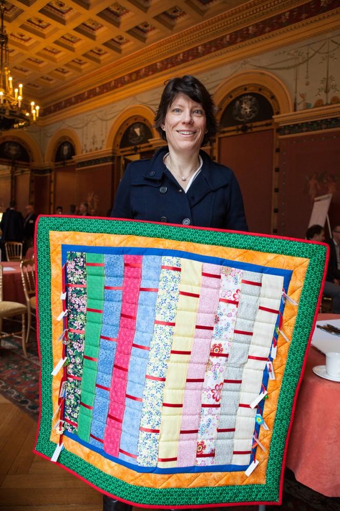 Caroline met de door haar gemaakte quilt. Foto: Jorrit 't Hoen