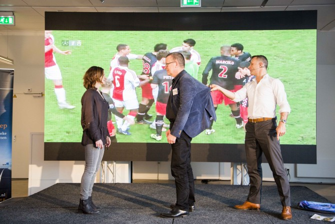 Björn Kuipers toont waarom hij zijn team nodig heeft om alles dat op het veld gebeurt te kunnen zien.