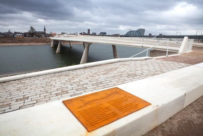 De brug die naar het nieuwe eiland loopt. Foto door Jorrit 't Hoen.