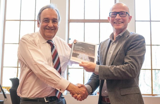 Directeur Projecten ProRail, Patrick Buck, ontvangt de evaluatie van Spoorzone Delft van projectmanager Ad Broeders. Foto door Jorrit 't Hoen.