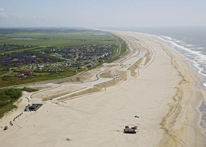 Het strand bij Petten in Noord-Holland wordt ook onder handen genomen.
