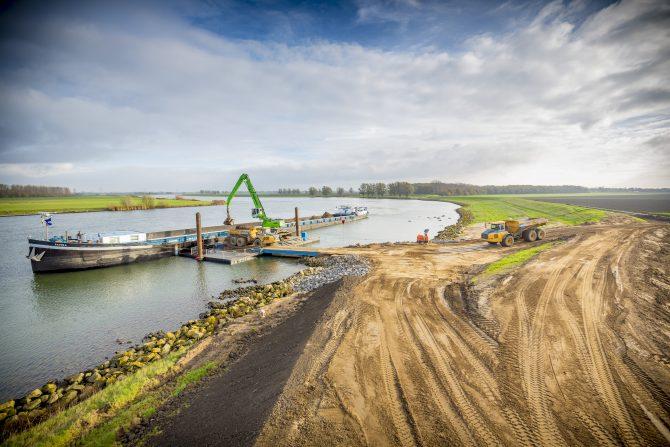 Werk door waterschap Hollandse Delta in de Hoekse Waard. Foto door Jorrit Lousberg.