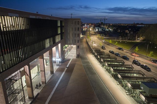 De noordzijde van station Breda met rechts de fietsenstalling. Foto door Nine Creative Agency.