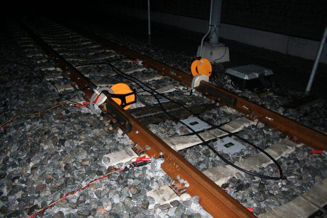 Sensoren in het spoor om tractiestromen te meten rond om een ES (Elektrische Scheidings)-las.